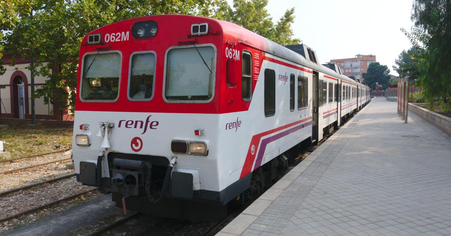 Tren de Cercanías de la serie 592 en la estación de Buñol. MIGUEL BUSTOS