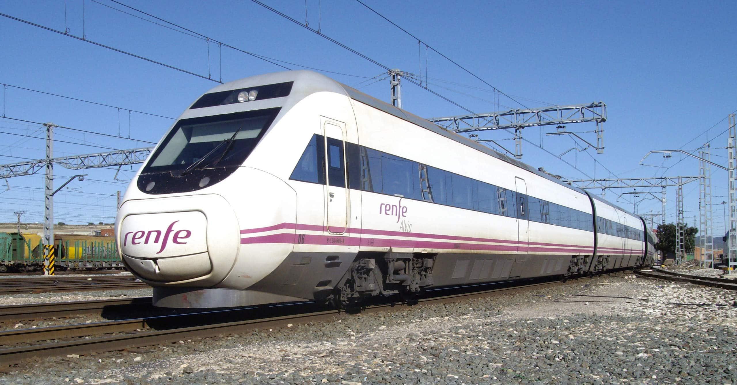 Tren de la serie 120 de Renfe haciendo el servicio Alvia Barcelona-Vigo. André Marques.