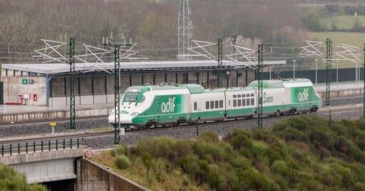 Tren laboratorio Séneca en la estación de A Gudiña Porta de Galicia, en la provincia de Orense. Foto cortesía de ADIF ©.
