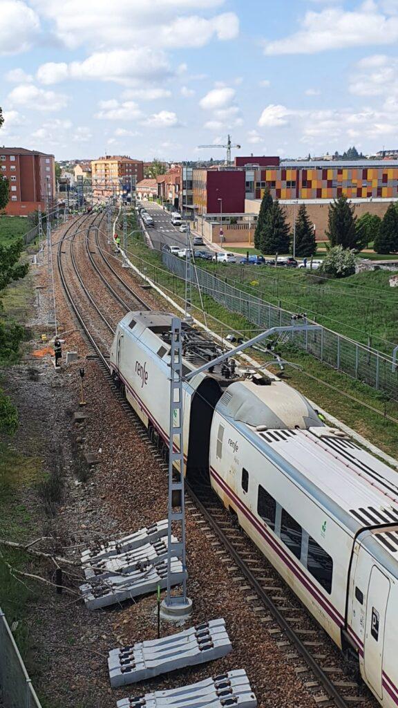 Otra vista del tren descarrilado desde el paso superior. AUTORÍA DESCONOCIDA