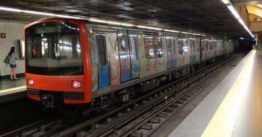 Tren del metro de Lisboa en la estación Baixa-Chiado de la línea azul, una de las que tendrán CBTC. MIGUEL BUSTOS.